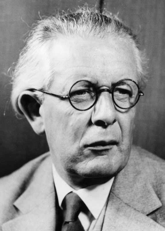 piaget vs rogers Jean piaget's background jean piaget was born in switzerland in 1896 after receiving his doctoral degree at age 22, piaget formally began a career that would have a profound impact on both psychology and education.